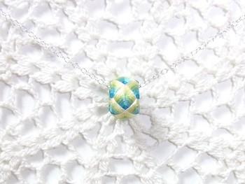 指ぬきをチェーンに通せば、ネックレスにもなります。絹糸の優しい光沢が、上品な胸元を演出してくれますよ。