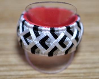 基本のかがり方で作れる指ぬきリング。均等に糸が並ぶよう、丁寧にかがっていくのがポイントです。モダンな印象も漂うデザインなら、和装だけではなく普段着にも似合いますね。