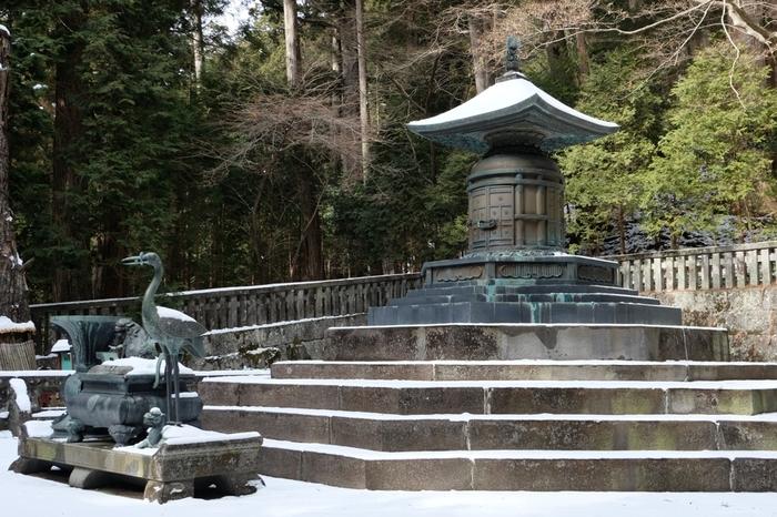 """階段の先には、家康公の墓所とされる奥社が。写真は重要文化財の「宝塔」。  遺訓とされる、""""人の一生は重荷を負うて遠き道を行くがごとし""""と、人生について考えながら階段をのぼってみては?"""