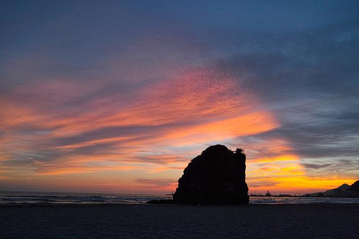 ひときわ目立つ「弁天島」が神秘的ですね。海岸が西向きな為、夕日がとても美しく神々しい景色が見られます。