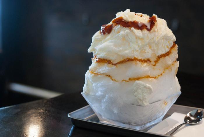 手回しのカキ氷器で丁寧に削られた氷は、口の中に入れた瞬間に溶けてしまうほどふわふわ。1番人気の「カラメルミルク」は、凍らせた練乳にカラメルソースがかかった至極の味。