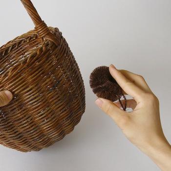 アバカやラタンなど何かと出番の多いかご類は、細かなゴミやホコリがたまりやすいです。まずはタワシで繊維に沿ってゴミを落としましょう。