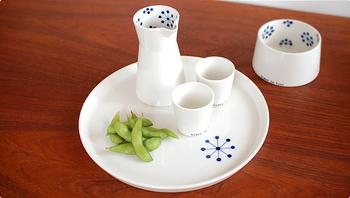 白磁の上にシンプルに施された藍。まるで和食器のような静謐さを感じます。「北欧の食器だから」と意識しなくても和食が似合う佇まいです。