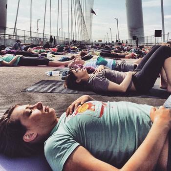 (1)仰向けになり、両膝を折り曲げてぎゅっと両腕で抱きかかえます。 (2)息を吐いてひざを胸に近づけ、吸う息で力を緩めます。身体の中から全て吐き出すイメージを持つと良いですよ♪これを数回繰り返しましょう。