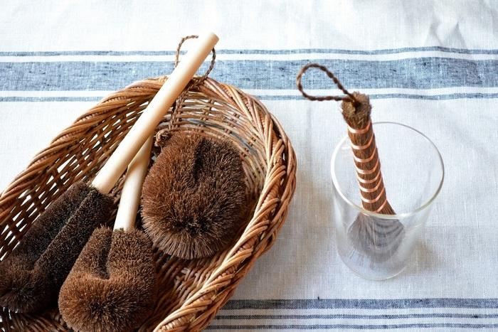 繊維に沿って細かなホコリをかき出せるタワシはかごのお手入れにぴったりです。繊維が長いものや短いもの、いくつかサイズを揃えておくと便利です♪