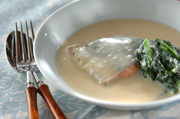 鮭の味噌漬けをミルクで煮ると、ふんわりと優しい味の煮つけに仕上がります。下味がついているので、さっと味を決めることができます。
