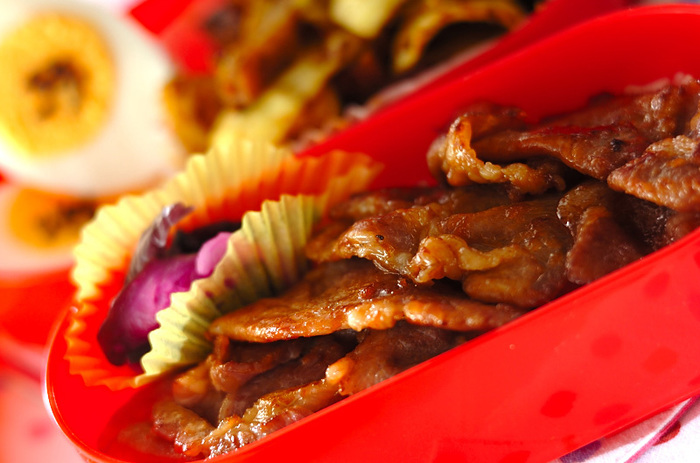 お醤油、お酒、みりんなどのおうちにある基本調味料だけで作る合わせダレに漬け込んだお肉を冷凍しておけば、解凍してさっと焼くだけで味の染みた生姜焼きを堪能できます。
