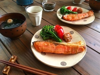 お醤油、味噌、ごまという体に良い素材に漬け込んだ鮭は、冷凍しても一切れずつで使うことができるので、量を調整しやすく使い勝手のいいストックになります。