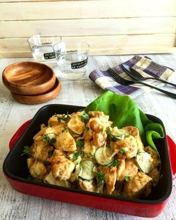 照り焼きカレーだれに漬け込んだ鶏肉をフライパンで焼き上げたら、ゆで卵、きゅうり、玉ねぎとマヨネーズで和えます。ふんわりと漂うカレーの風味に箸が進みます。