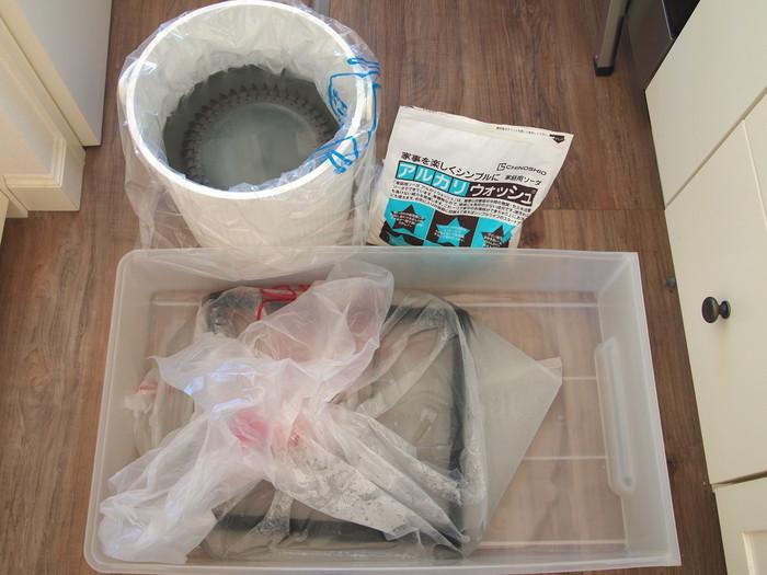 """別名""""セスキ炭酸ソーダ""""とも呼ばれるアルカリウォッシュ。掃除や洗濯など幅広い用途に使えますが、油汚れにも威力を発揮するので「換気扇」のお掃除にもおすすめです。つけ置き洗いで簡単にキレイにできるそうです。"""