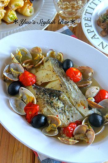 お手頃価格のタラを使ったアクアパッツァです。オリーブオイル、白ワイン、バジルの漬けダレににんにくとコショウをプラスしたら旨みの強いお魚料理があっという間に出来上がります。調理するときにあさりやオリーブをアレンジするとイタリアンらしさがアップします。