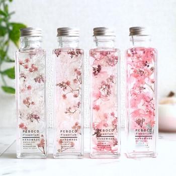 桜の花びらを思わせる、淡いピンクが可憐なボトルです。おうちの中に春を呼び込むインテリアとして、見る人を優しい気持ちにさせてくれそうなハーバリウムですね。