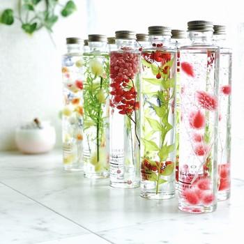 柔らかな陽の光の中に置いてみると、中のお花やグリーンも透明感が増してなんとも涼しげです。眺めているだけで癒されますね。