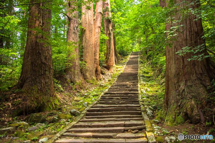 多くの人の足の運びで、なめらかになった石の表面。一体どれほどの人が、この上を進んだのでしょうか。  山頂へは車で行くことも可能ですが、一段一段踏みしめながらのぼる苦しさも修業のうち。パワースポットである、羽黒山の持つエネルギーを感じながらのぼってみて。