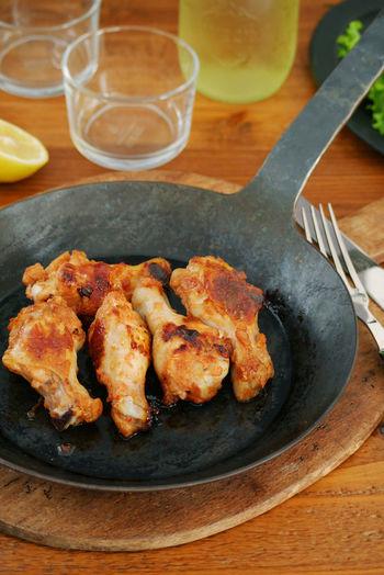 豆板醤やトマトケチャップが入っていて、奥行のある味が魅力的なバーベキューチキン。骨付き肉を使うと豪快な雰囲気で、おもてなしにも使えますね。