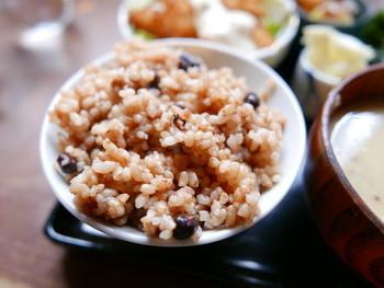 長岡式酵素玄米は、もっちりと香ばしく、噛みしめるごとに旨味が口いっぱいに広がります。 野菜の味がしっかりしていて、苦い・甘いなど味がありますが、青臭くはなく新鮮でどっしりとした味。 店員さんは食養生にもお詳しいので、何か体調があれば、相談するとすらすらとこたえてくれるそうですよ。 「ベジ菜定食」「ローピザとやさいのセット」「ベジカレーセット」などが頂けます。