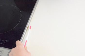 はじめに気になる隙間汚れに、セスキスプレーを吹きかけます。その後少しおいて、歯ブラシで隙間掃除をします。キッチンにセスキスプレー&歯ブラシを用意しておけば、気になる時にいつでもサッとお掃除できますね。