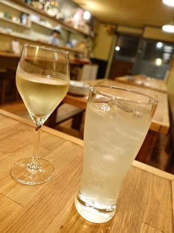 樽から抽出するフレッシュなワイン「樽生ワイン」が味わえ、赤・白・スパークリングがあります。 こちらは「樽生ワイン」のスパークリングワンインと、甘さ控えめで爽やかな味わいの徳島の酢橘ジュース。どちらもお料理にぴったりです。