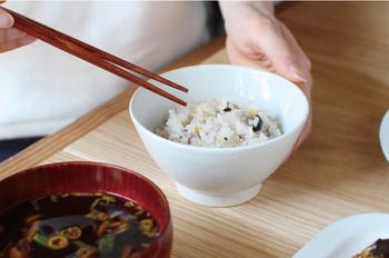 オリジナルの飯碗。釉薬のかかり方によって濃淡があり、温かみのある優しい表情が魅力です。 通常の飯碗よりも深さがあるので、副菜用の鉢としても活躍してくれます。