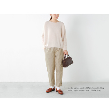 タイツを履くにはまだ暑苦しい時期、便利なのはやっぱり靴下。手持ちの革靴はそんなにないけれど、靴下はデザインや色を変えてたくさん持っておくと便利。ベージュやブラウンで合わせたシンプルコーデに、真っ白の靴下を合わせて。潔くて清潔感のあるスタイルは好感が持てます。