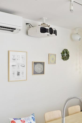 暖かみのある北欧風のインテリアにポスターが馴染んでいますね。フレームを木製にして、カウンターテーブルと同じ明るい色にすることでお部屋にピッタリと合うディスプレイになっています。