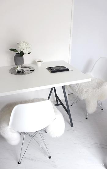 殺風景とシンプルの境界線は余白を上手くいかせるかどうか。シンプルなテーブルの上に花を置いてみたり、大きな白い壁に絵を飾ったり。シンプルだけどオシャレなお部屋たちを集めてみました♪