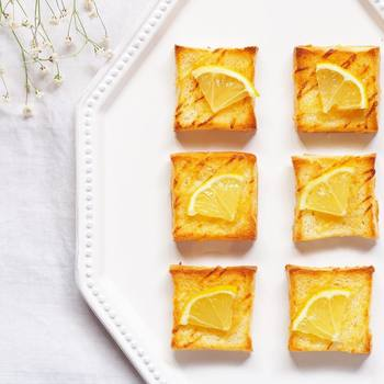 はちみつとマヨネーズに、レモンのスライスも乗せて。甘じょっぱさがクセになって、何枚でもいただけそうです。