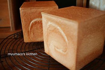 10cmの可愛らしいサイズの型で焼いた、基本のプレーンなキューブパン。はじめての手作りキューブパンにぴったりですね。
