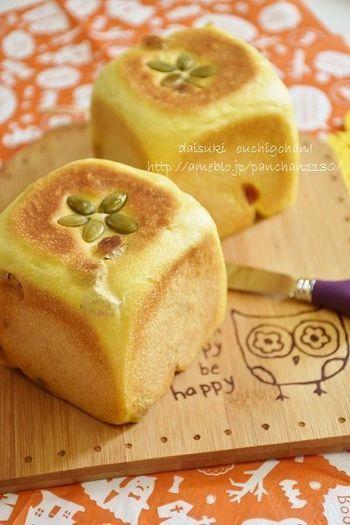 ほんのり黄色で見た目も可愛いこちらのキューブパンは、かぼちゃとレーズン入り。バターにはもちろんのこと、ハムやチーズなど、甘くない食材とも合いそうです。