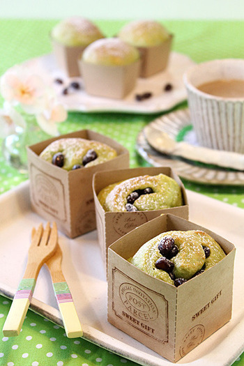 カップケーキのような見た目に仕上がる、抹茶と小豆のキューブパン。ふわふわな食感もクセになりそうです。