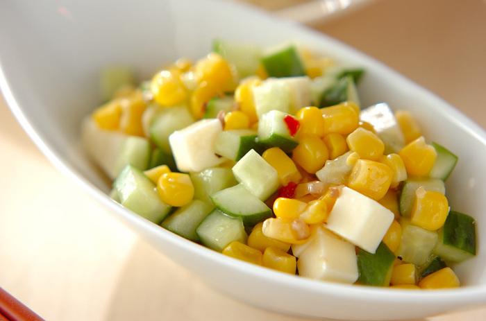 彩りも美しいコーンとチーズのイタリアンサラダは、コーンとプロセスチーズ、キュウリが入って食感も楽しめます。