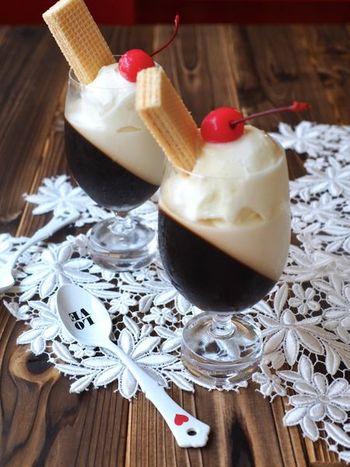 ガラスの器ならではの、色をいかしたコーヒーゼリーのレシピです。ワイングラスや深めのボウルに作って、上にアイスをのせて…パフェのように楽しめます♪パーティーやおうちカフェにおすすめの、とっておきのひんやりデザートです!