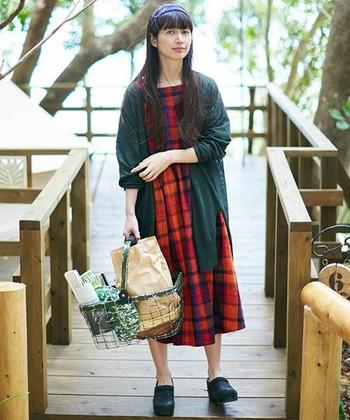 夕焼け色のワンピースは一枚で着てももちろん可愛いのですが、気温が下がってきたら深い秋色のアウターを合わせて着るのもとても素敵。 お気に入りのワンピースは長く着たいですよね。