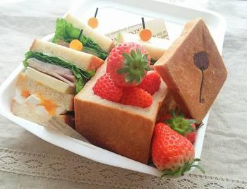 キューブパンは、お弁当箱にもぴったりなサイズ。ピックを刺した分厚いサンドウイッチは、見ているだけで嬉しくなりますね。