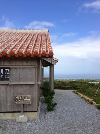 今帰仁村の山の奥にある「カフェこくう」は島野菜をたっぷり楽しめる自然派カフェ。見晴らしが良く青い空と広い海をひとりじめできそう。