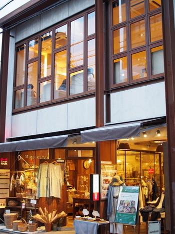 1階では、ナチュラルで豊かな暮らしを提案する「mumokuteki」になっていて、洋服、かばん、アクセサリー、ステーショナリーなどを扱っています。