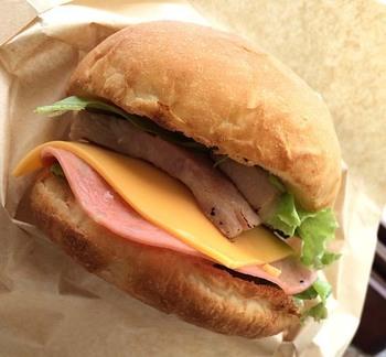 デザートやジャグジュースなどのカフェメニューはもちろん、石垣島産の美崎牛100%のハンバーガーなどフードメニューも充実しています。