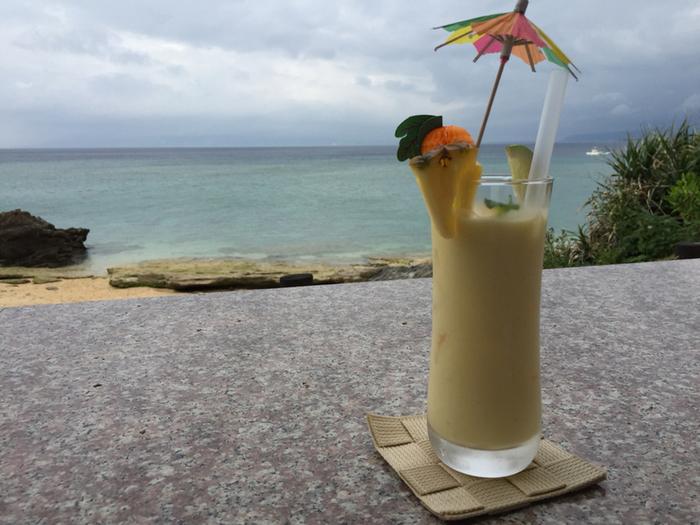 沖縄らしいムードたっぷりのパイナップルジュースは濃厚な味わい。ライムを搾ればさっぱりとした味も楽しめますよ。