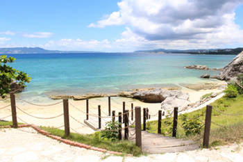 お店からは直接ビーチに降りられる階段が。おしゃべりや食事が一段落したら、海辺に出てお散歩するのはいかがですか。