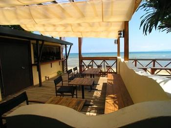 おしゃれなウッドデッキからはマリブビーチを一望♪夕方18時からは、BBQを楽しめるプランも(予約制)。