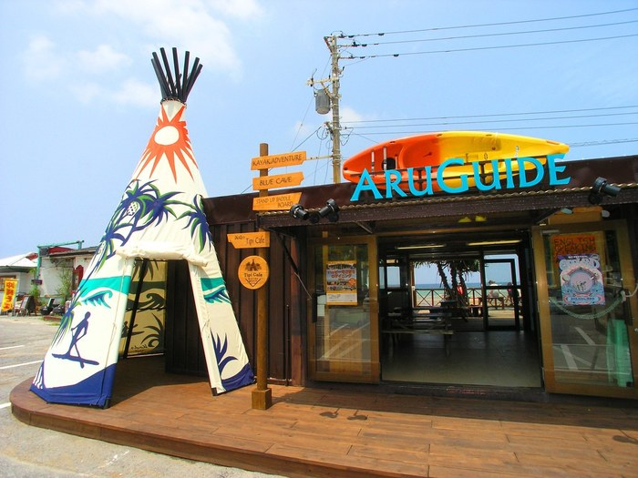 キュートなインディアンのテント「ティピー」が出迎えてくれる「浜辺のTiPi Café」は、カラフルなかわいらしい外観が特徴です。