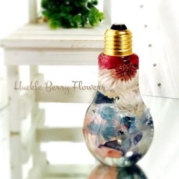 ころんと丸い形が可愛い、電球型のボトルに入ったタイプです。お花がきゅっと集まって、万華鏡のよう。縦長のボトルに入ったものとはまた違った表情を見せてくれます。