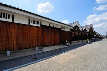 日本三大酒どころのひとつとして知られる伏見の町並み。白壁の酒蔵が立ち並ぶ街はタイムスリップしたような気持ちになります。