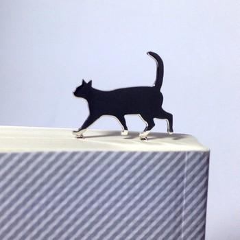 しっぽをピーンと立てて、ご機嫌に本の上をお散歩する猫のブックマーカー。本を開くたびニコニコしてしまいそうです♪