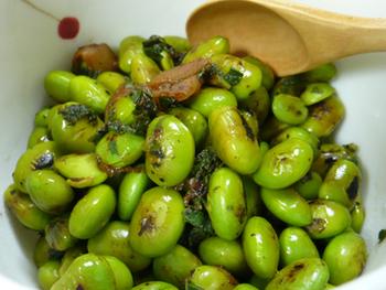 軽く茹でた枝豆を炒め、表面が香ばしくなったら梅干しと砂糖醤油で味つけ。いつもの枝豆にちょっとひと手間かけるだけで、抜群においしくなるのでぜひ試してみてくださいね。  仕上げに散らす大葉は、火を止めてから入れるのがおすすめ。香りがぐっと引き立ちます。