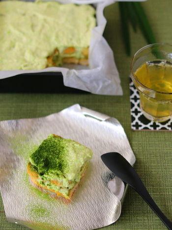"""粗くつぶした冷凍枝豆をマスカルポーネチーズと混ぜ、濃厚な""""ずんだクリーム""""を作りました。ほのかに香る枝豆チーズのコクが絶妙なおいしさ。  枝豆の色に合わせて、抹茶リキュールと抹茶を使い上品な色合いに。日本で昔から親しまれている""""ずんだ""""と、イタリアの伝統スイーツ「ティラミス」の新鮮な組み合わせを味わって。"""