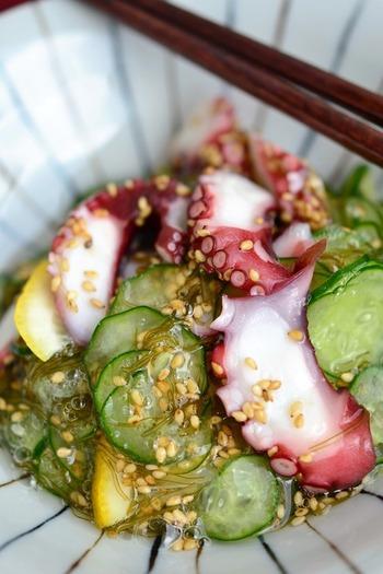 きゅうりとタコの酢の物は定番の副菜。このレシピでは、「がごめ昆布」を加えてとろりとした食感をプラスしています。