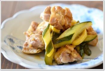 ジューシーな鶏もも肉とシャキシャキしたきゅうりがおいしい炒めもの。味付けに使う「レモン酢」は砂糖、酢にレモンを漬けてなじませた調味料です。自家製でも、市販品を使ってもOK。