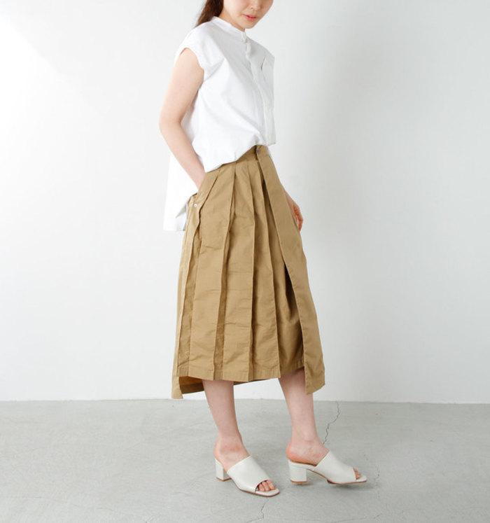 ベージュのプリーツスカートに、白のノースリーブブラウスを合わせた爽やかな着こなしです。前だけインすることで、着痩せ効果も抜群なコーディネートに♪