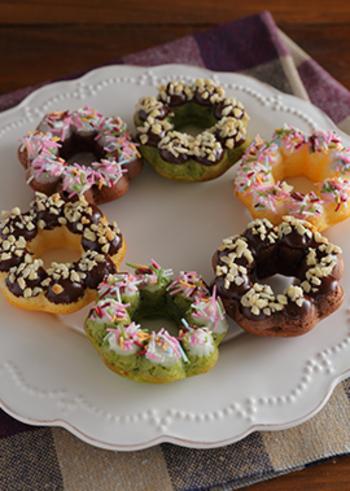カラフルな色合いが目を引くデコレーションドーナツですね♪コーティングやトッピングをカラフルにするだけでなく、ドーナツの生地に抹茶やココアを混ぜるとさらに味わいのバリエーションが広がります。